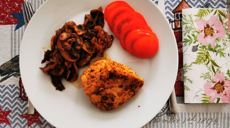 www.stoffwechseloptimierung.eu - Huehnerbrustfilet mit Pilzen, Zwiebeln und Tomate