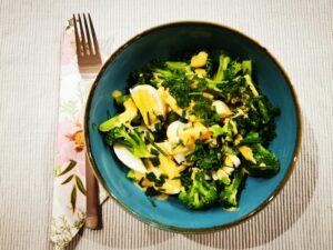 www.stoffwechsel-optimierung.eu - gekochtes Ei mit Brokkoli und Senfsauce